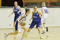 DVĚ PROHRY DOMA. Liberecké basketbalistky (v bílém) se potýkají s malým počtem hráček, a na tuto skutečnost také dojely. S míčem je liberecká Petra Minaříková, v tmavém Kůsová z Plzně.