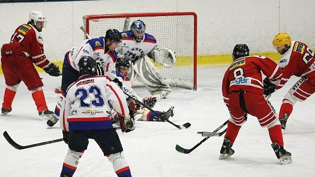 POHLEDNÉ A KVALITNÍ DERBY. VTJ nakonec porazila PSK Liberec, který dokázal v závěru duel zdramatizovat. Situace před brankou PSK, kterou chránil gólman Nedvídek.