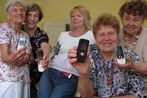 Seniorky se učily s mobilem
