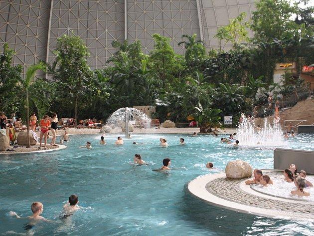 Tropical Island. Kromě procvičování němčiny se děti na výletě vyřádily v bazénech, na tobogánech, v lunaparku nebo si i zahrály minigolf.