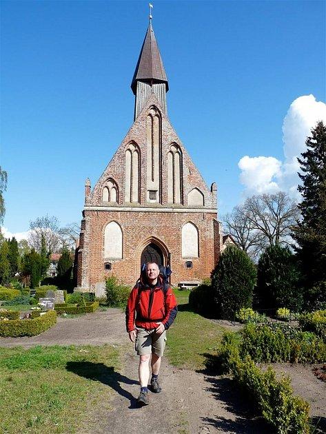 Marek Řeháček před kostelem na Rujáně.