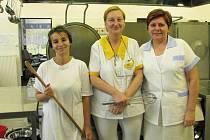 Tým školní kuchyně ve Višňové ve složení vedoucí kuchyně Jany Žákové (vpravo), šéfkuchařky Věry Petrové (uprostřed) a pomocné kuchařky Renaty Mokré (vlevo).
