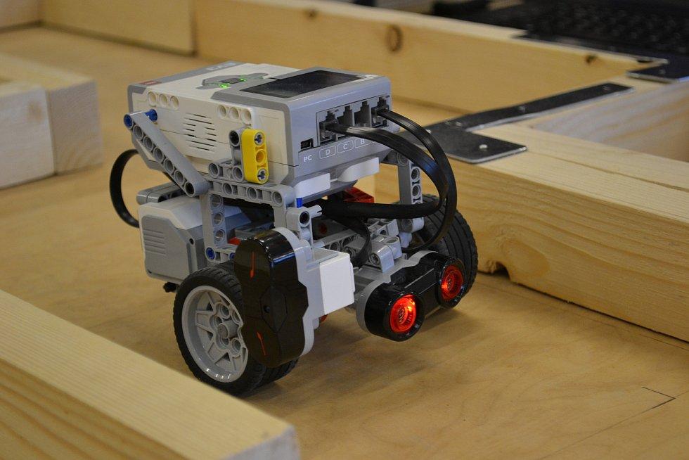 Robot záchranář na neznámé trati. Soutěž ve stavění robotu na TUL.