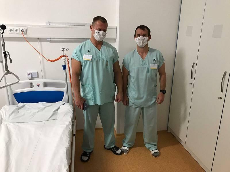 Zleva Miloš Veselý a Tomáš Tomčiak v českolipské nemocnici.