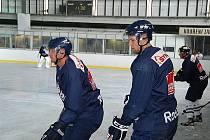 PETER GALAMBOŠ se spoluhráči při prvním letošním tréninku na ledě.