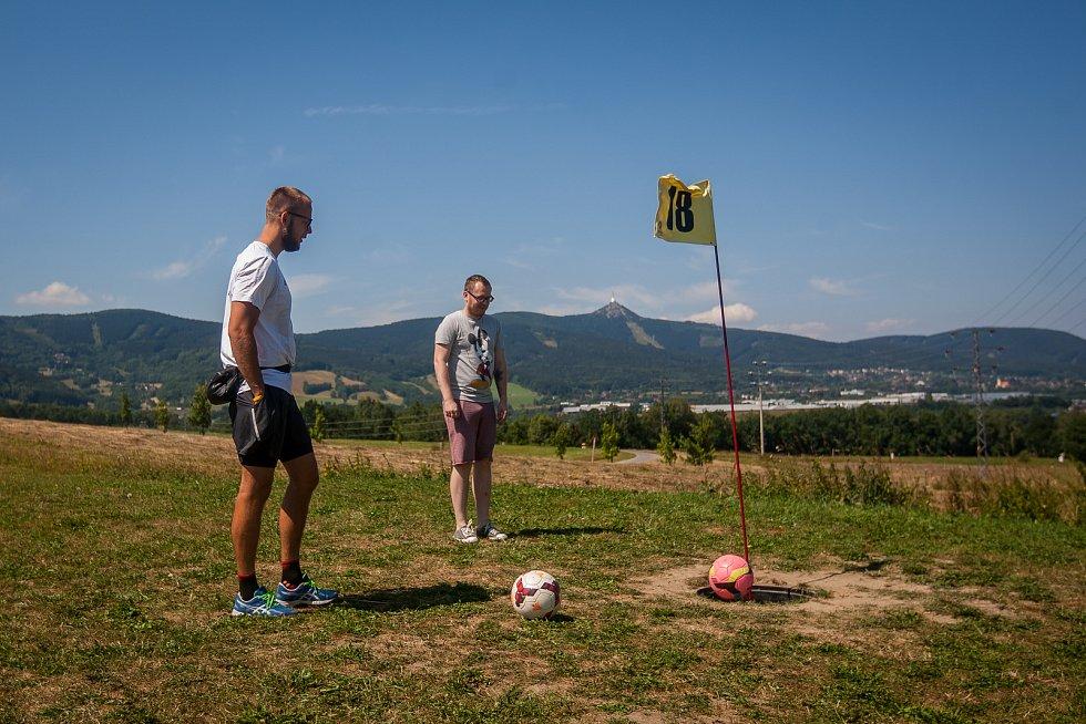 V Libereckém Vesci vzniklo nové fotbalgolfové hřiště. Na snímku z 20. července je Jiří Veverka (vlevo).