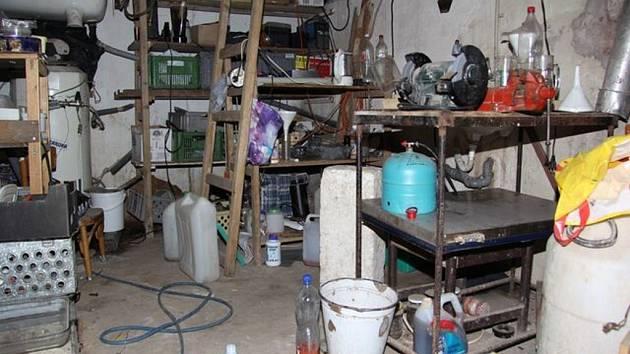KRIMINALISTÉ objevili v suterénu domu varnu a chemikálie pro výrobu pervitinu. Muž měl v domě i vyrobený pervitin.