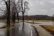 Řeka Smědá se 23. února 2017 vylila z koryta mezi obcemi Černousy a Boleslav na Frýdlantsku.