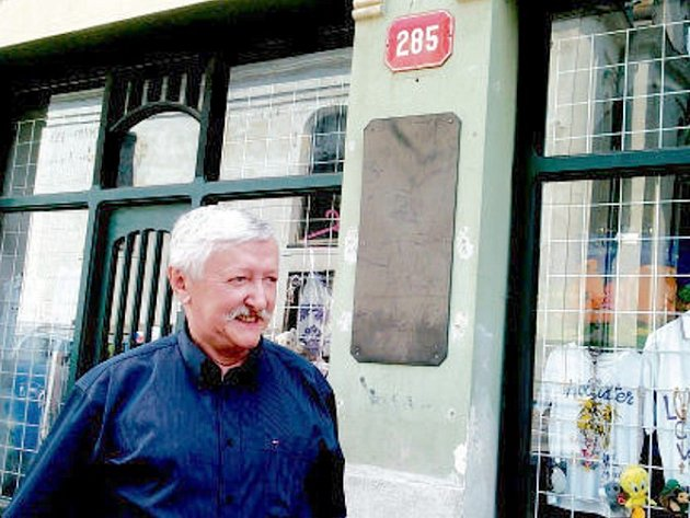 RUDOLF DREITHALER před svým domem.