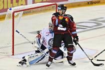 Utkání 6. kola hokejové extraligy: HC Sparta Praha - Bílí Tygři Liberec skončilo 3:0. Zleva brankář Liberce Petr Kváča a David Dvořáček ze Sparty.