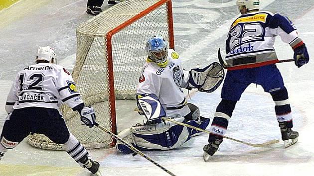 Derniéra s Plzní. Liberec porazil v posledním utkání sezony 2002/2003 Plzeň 5:3. Na snímku brankář Jan Koťátko a obránce Ctirad Ovčačík.