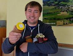 SLADKÉ NADĚLENÍ. Starosta Kunratic Milan Götz s částí soutěžních marmelád. V ruce má zatím poslední vzorek.
