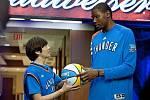 HLAVNÍ HRDINOVÉ. Kevin Durant (vpravo) s fanouškem Brianem.