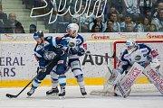 Utkání 23. kola Tipsport extraligy ledního hokeje se odehrálo 19. listopadu v liberecké Home Credit areně. Utkaly se celky Bílí Tygři Liberec a HC Kometa Brno. Na snímku vlevo je Martin Bakoš a vpravo brankář Marek Čiliak.