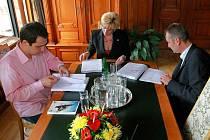 Primátorka Martina Rosenbergová (ČSSD) podepsala smlouvu s pardubickou firmou Chládek a Tintěra na revitalizaci lázní a jejich přeměnu v sídlo Oblastní galerie.