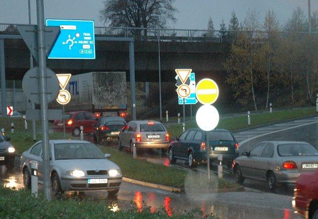 ZÁCPY. Složitá křižovatka je oříškem pro mnohé motoristy. Nyní ji začnou řešit i úřady. Investorovi hrozí pokuta  nejméně půl milionu.