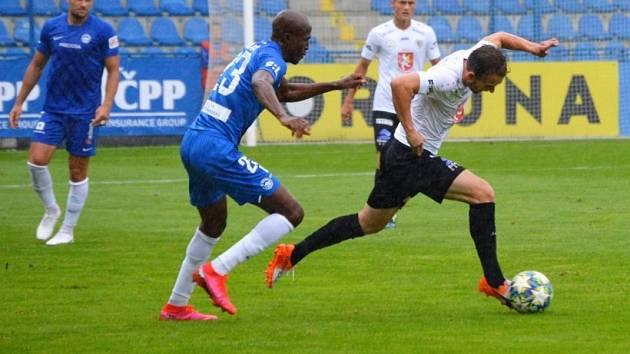 Liberecký Slovan porazil v přípravném utkání druholigový Hradec 3:2. Na snímku vlevo liberecký Kamso Mara.