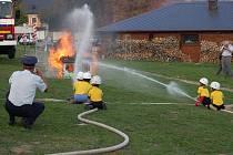 Radimovičtí dobrovolní hasiči by na tolika celostátních soutěžích nebodovali, kdyby neměli šikovný dorost, jemuž se hodně věnují, a také kdyby si nepostavili nové cvičiště u zámku Sychrov.