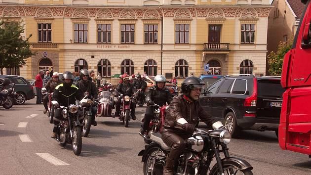Hromadný odjezd letošních účastníků z rovenského náměstí. Pro burácení silných motorů nebylo slyšet vlastního slova.