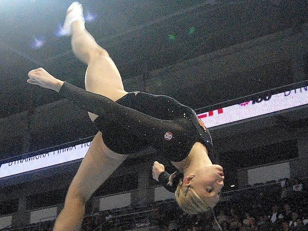 ČTYŘBOJ NEOBHÁJILA. Jana Komrsková ve víceboji dvakrát spadla a loňské zlato neobhájila. V jednotlivých finálových cvičeních se však z vítězství radovala třikrát.