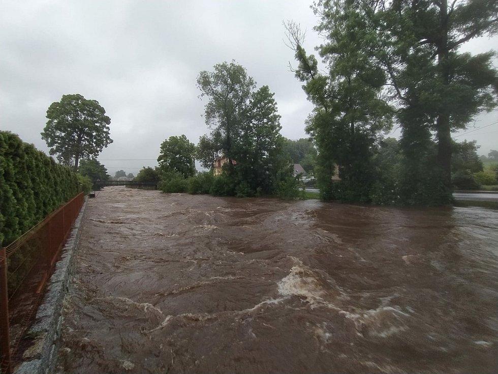 V Raspenavě se řeka vylila na dvou místech v ulici Luhová.