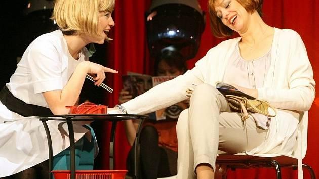 ŽENY. V novince si zahraje šestnáct hereček. Karolína Baranová a Markéta Tallerová.