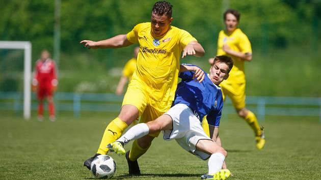 ve frýdlantě se nedohrálo. Fotbal se hrál jen půlhodinku. Na snímku je ve žlutém domácí Filip Kudrna a v modrém hrádecký Vojtěch Novák