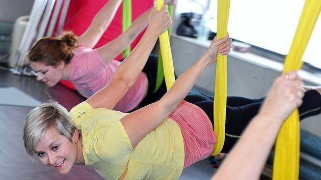 AY FLY TRAINING. Na hodinách létací jógy se nejen protáhnete, ale i zaposilujete a zapojíte svaly celého těla včetně vnitřních stabilizačních svalů.