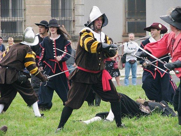 V kulturním programu měla u návštěvníků velký úspěch historická bitka, která se odehrála na louce za bývalou Textilanou.
