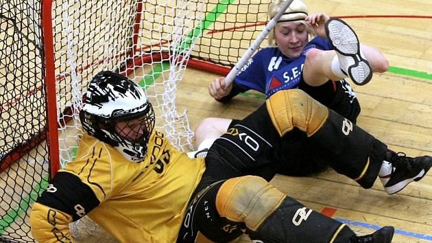 PŘED BRANKOU LIBERCE. Gólmanka Libuše Masárová má místo míčku v bráně soupeřku.