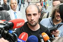 Pavel Vondrouš, který použil v pátek 28.září proti prezidentovi plastovou pistoli, poskytnul novinářům své vyjádření k události.