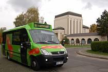 Autobus jezdí ke krematoriu.