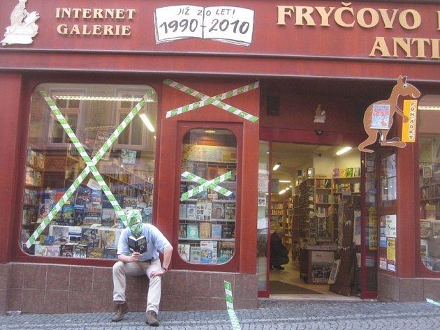 Ozáhadném BOOKISHmanovi zatím víme jen, že byl spatřen vPražské ulici, mizí a objevuje se shromádkami knih a zřejmě má rád iAgathu Christie…