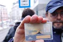 LIBERECKÁ MĚSTSKÁ KARTA. Lidé mají strach, že přijdou o peníze, které mají nahrané na kartu coby elektronickou peněženku. To však podle odborníků nehrozí. Nefungují totiž jako karty platební.
