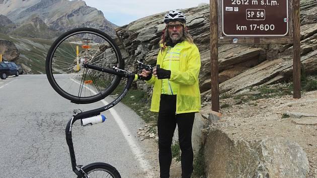 JELEN V ALPÁCH. Se svojí kolobkou na Colle del Nivolet.