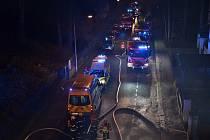 Nemocný strážník pomáhal v noci u požáru domu.