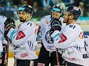 Smutek hokejistů Liberce. Jakub Valský (vlevo) a Milan Bartovič