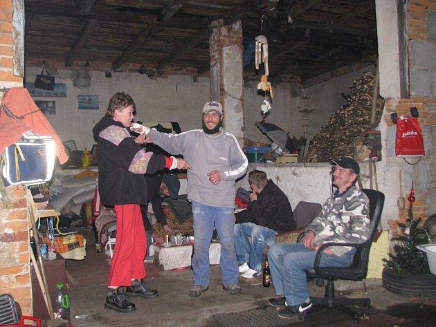 Jaruška a Ludva. Společně bydlí nedaleko Liebigovy vily poblíž přehrady na Harcově. Na zimu jsou připraveni. Večery tráví ve skromných podmínkách s kamarády z nedaleké ubytovny.