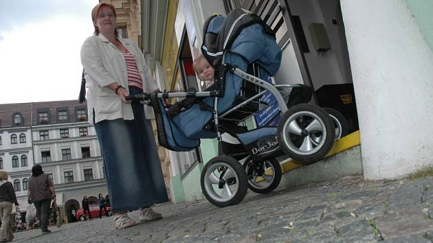 PŘEKÁŽKA. Maminka Marcela Skalská se snaží se svojí malou dcerkou v kočárku dostat do jednoho z libereckých obchodů. U většiny vstupů ale obě narazí na schody, které jsou překážkou.