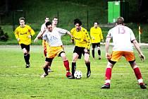 VOJÁCI NEDALI ANI GÓL. Proto prohráli doma s jabloneckým Pěnčínem ostudně 0:3. Na snímku bojuje vlevo Hegr s hostujícím hráčem, vše jistí Halama.