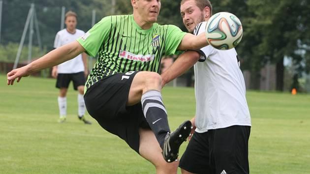 SOUBOJ. Vpředu domácí Matěj Linhart, s ním Antonín Koldovský z Košťálova.