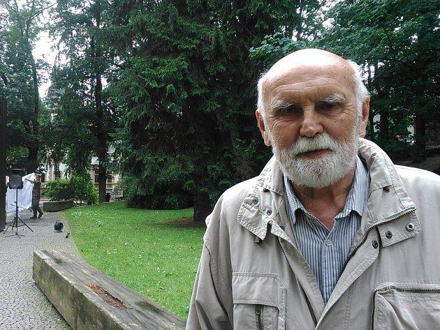 PÁTER ANTONÍN před památníkem obětem komunismu.