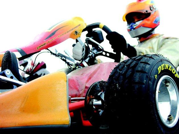 NEUDĚLAT CHYBU! Martin Tlustý se připravuje na závod motokár v tak zvané národní třídě 125, ve které startují vozítka s klasickými řadícími motory. Martin Tlustý se nakonec radoval z vítězství.