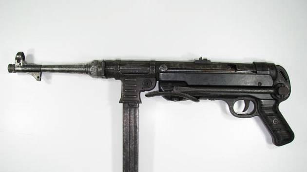 Zbraňová amnestie koncem roku skončila. Na policii v České Lípě přinesl muž samopal MP40 (na snímku).