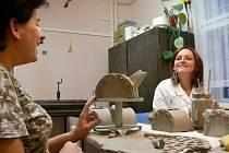 V chráněné dílně tvoří zdravotně postižení například drobnou dekoraci z keramiky.