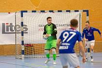 Brankář Liberce Jakub Dlask se chystá rozehrát balón v utkání 1. FUTSAL ligy proti pražské Slavii.