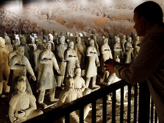 Terakotová armáda, která zobrazuje model hrobky prvního čínského císaře Š-chuang-tia.