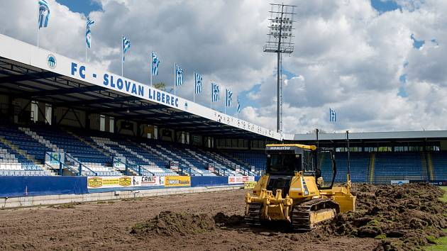 V současné době probíhá na hlavní ploše stadionu U Nisy výměna trávníku.