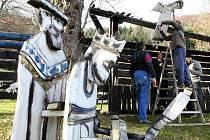 Akademický malíř Josef Jíra vytvořil před deseti lety pro Kryštofovo Údolí unikátní dřevěný betlém. Návštěvníci ho nyní mohou opět vidět.