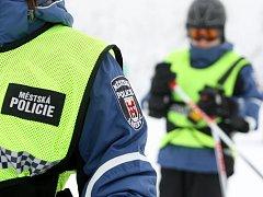 Na lyžaře dohlíží strážníci i na Ještědu.